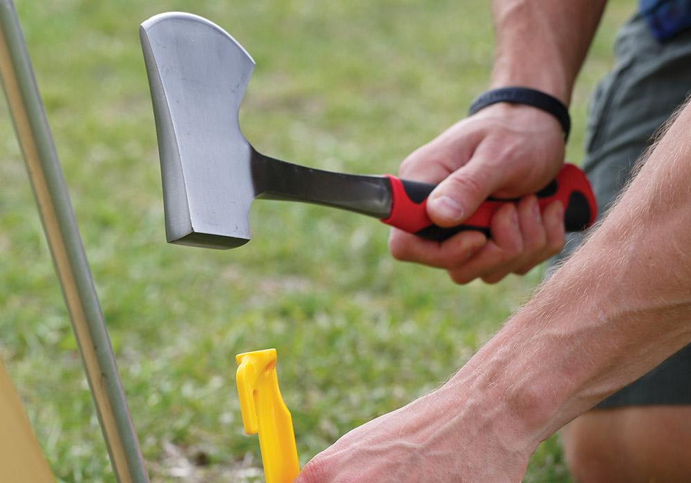 Забиване на клинове с туристическа брадва Coghlans Hatchet 35.5 см