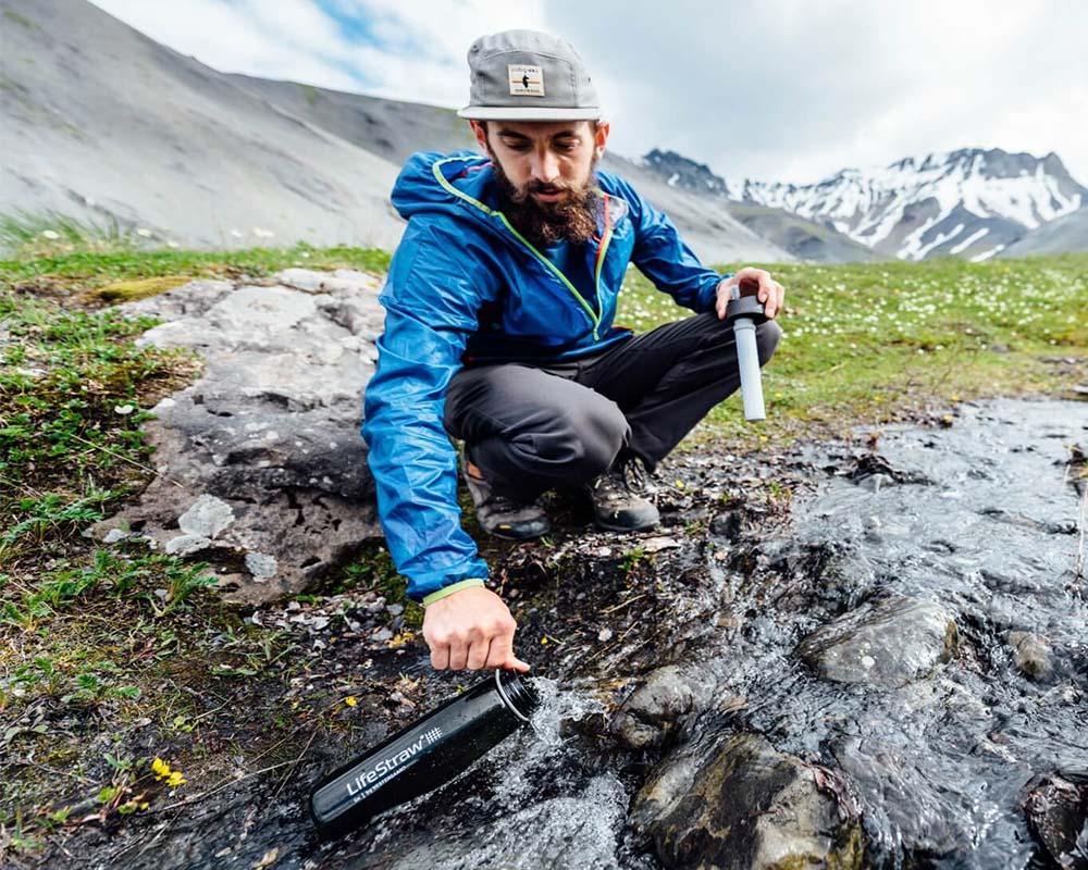 Бутилка за вода с филтър LifeStraw Go 2-Stage Filtration сред природата
