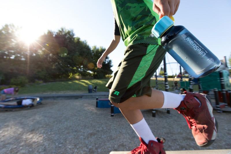 Спортуващо дете с бутилка за вода с филтър LifeStraw Play 2-Stage Filter