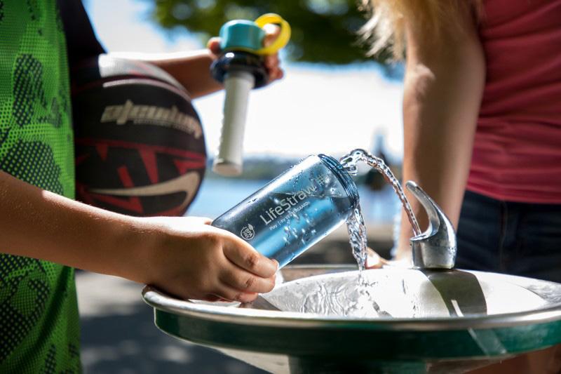 Наливане на вода в бутилка за вода с филтър LifeStraw Play 2-Stage Filter