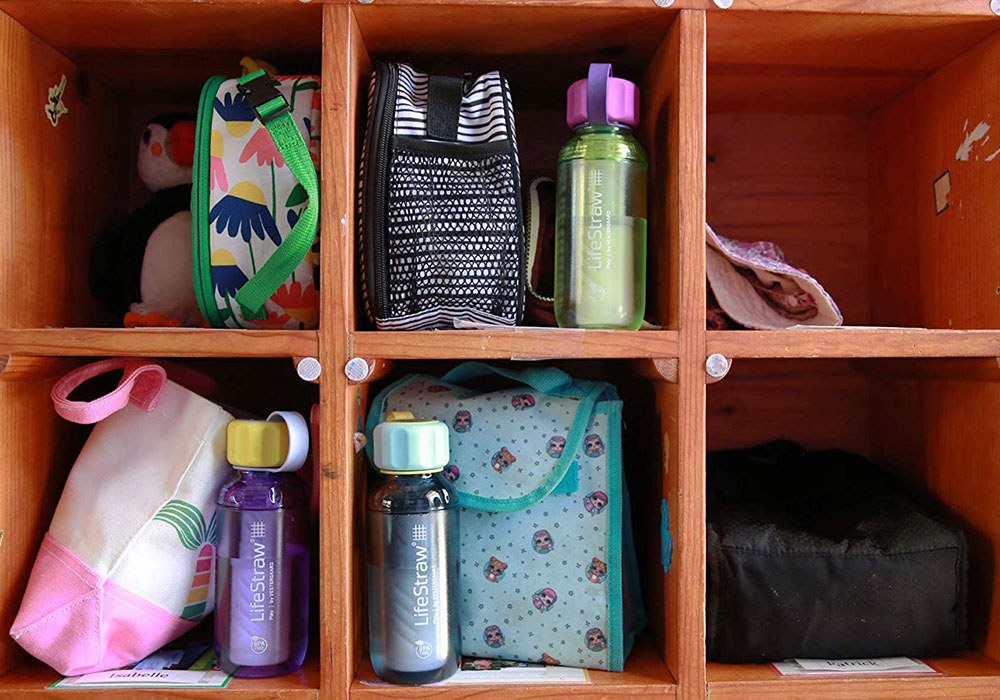 В шкафчето бутилка за вода с филтър LifeStraw Play 2-Stage Filter