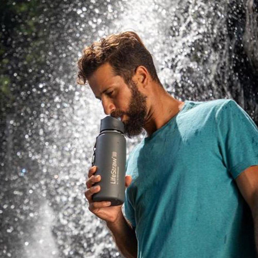 Пиене от термо бутилка за вода с филтър LifeStraw Go Stainless Steel 2-Stage Filtration Grey