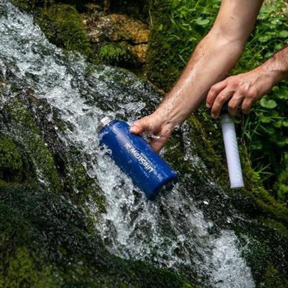 Наливане на вода с термо бутилка за вода с филтър LifeStraw Go Stainless Steel 2-Stage Filtration Grey