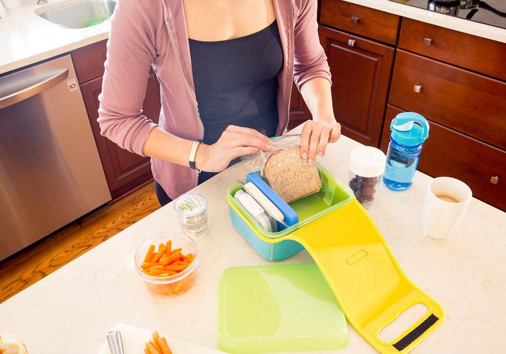 Приготвяне на храна в кутия за храна Nalgene Lunch box Buddy Blue