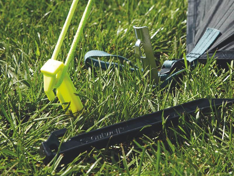 пластмасово колче привързано към палатка