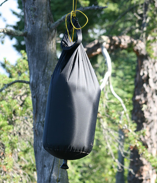 Джобен преносим душ закачен на дърво