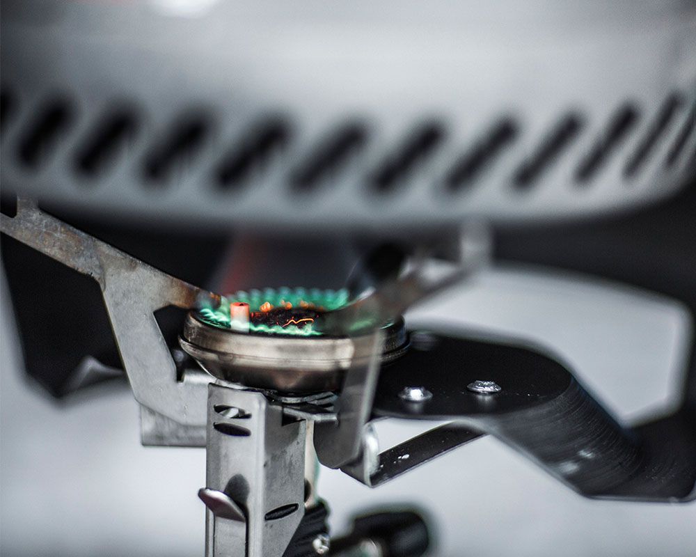 Туристическа газова система със съдове за готвене Primus Express Stove по време на готвене