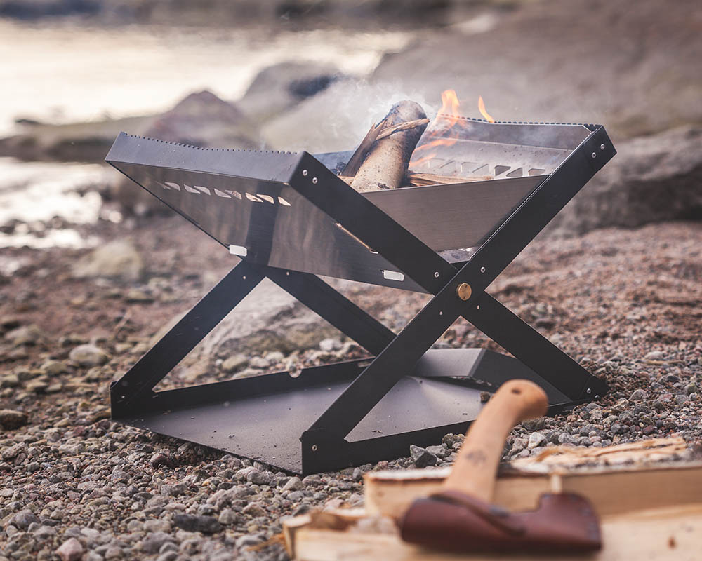 Преносимо огнище-барбекю Primus Kamoto OpenFire Pit край огъня