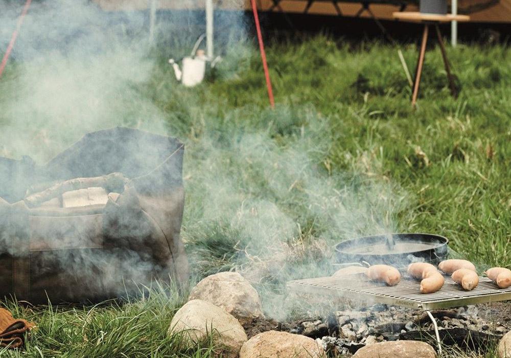 Грилване на наденички с Robens Lassen Grill Trivet Combo