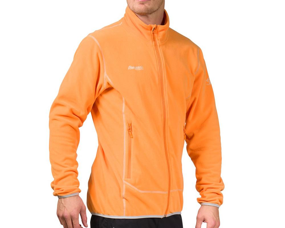 Мъж, облечен в поларено яке Bergans Ylvingen Jacket