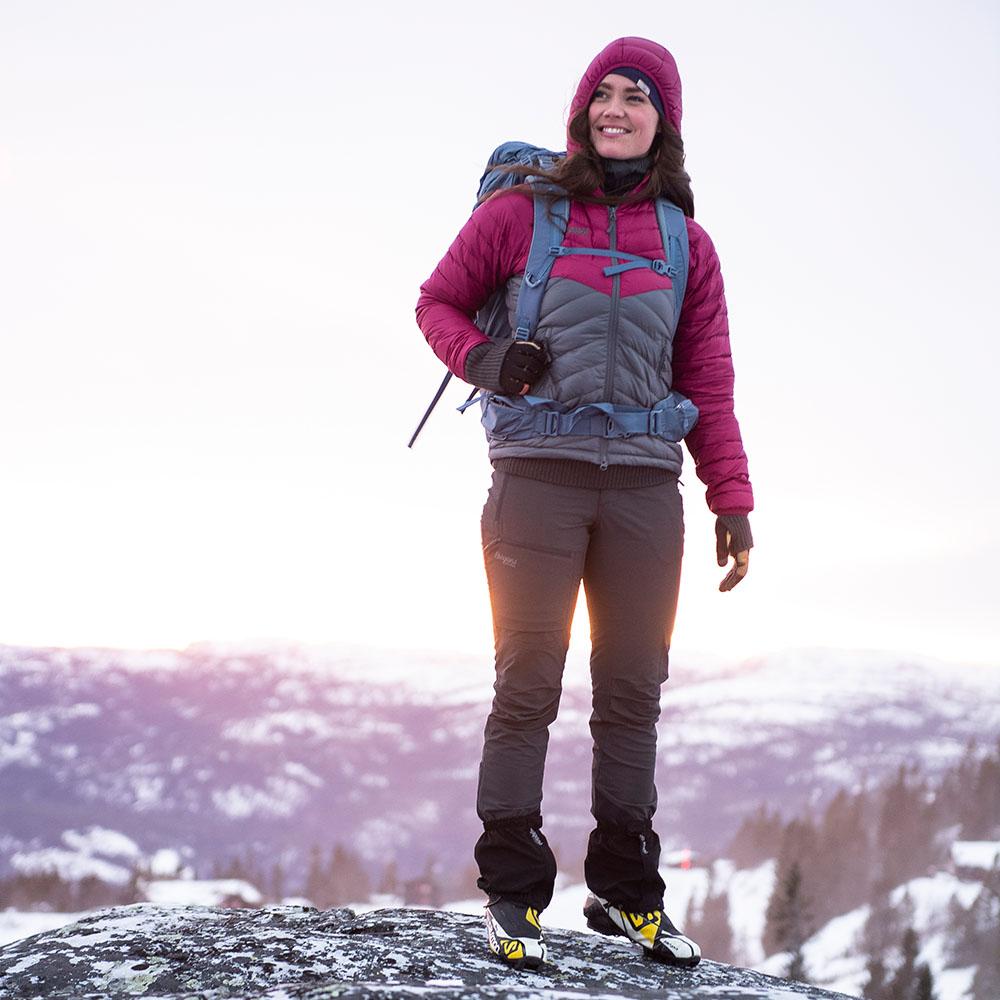 В снежната планина с дамски туристически софтшел панталон ergans Breheimen Softshell Pants