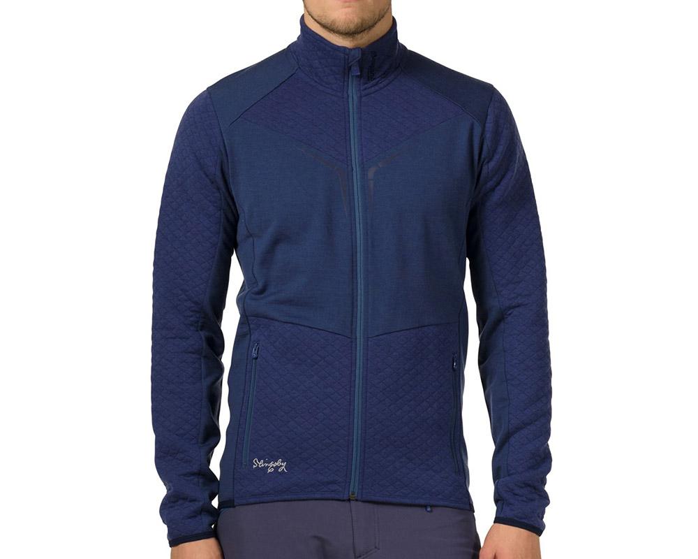 Мъж, облечен в яке от мерино вълна Bergans Middagstind
