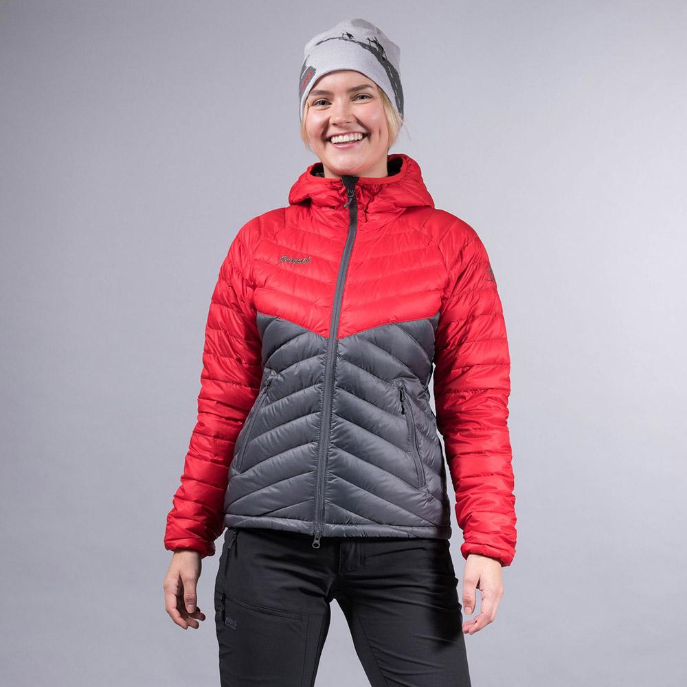 В планината през зимата с дамско пухено яке Bergans Slingsbytind Down Lady Jacket
