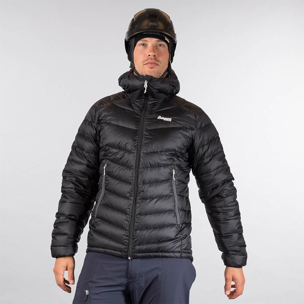 Мъж, облечен в пухено яке Bergans Slingsby Down Light w/Hood Black/Solid Dark Grey