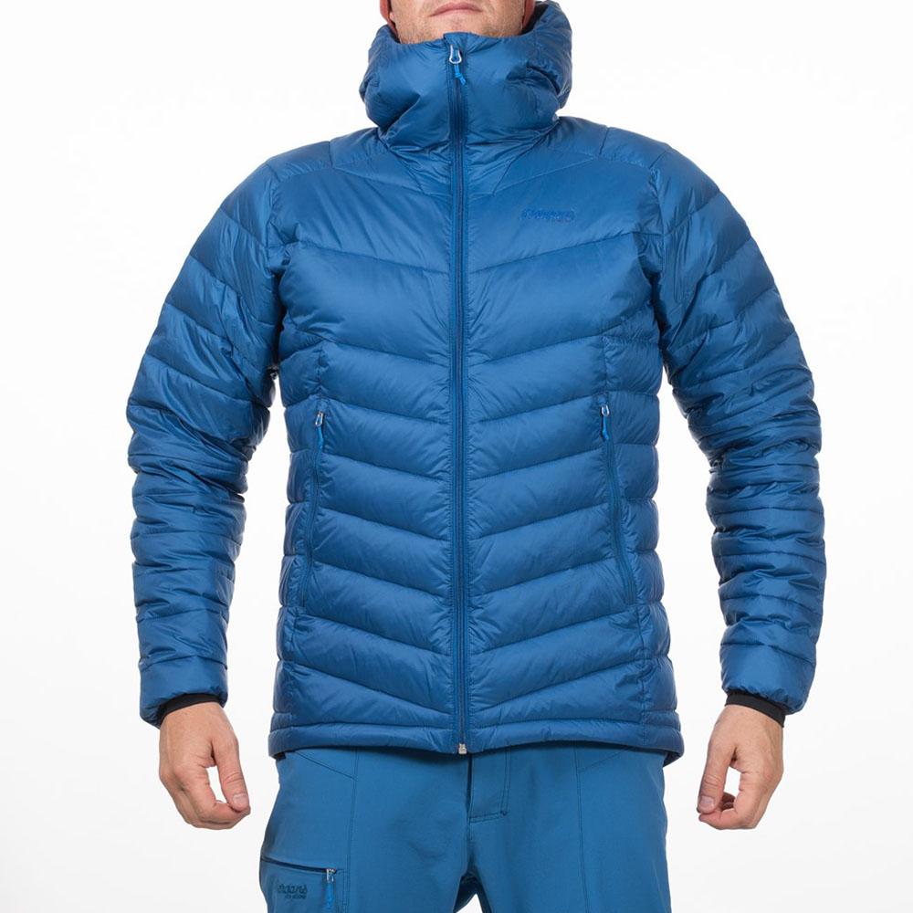 Мъж, облечен в пухено яке Bergans Slingsby Down Light w/Hood Ocean 2019