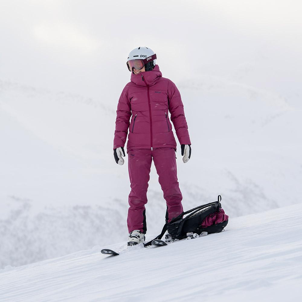 На ски с дамско пухено PrimaLoft ски яке Bergans Stranda Down Hybrid W Beet Red