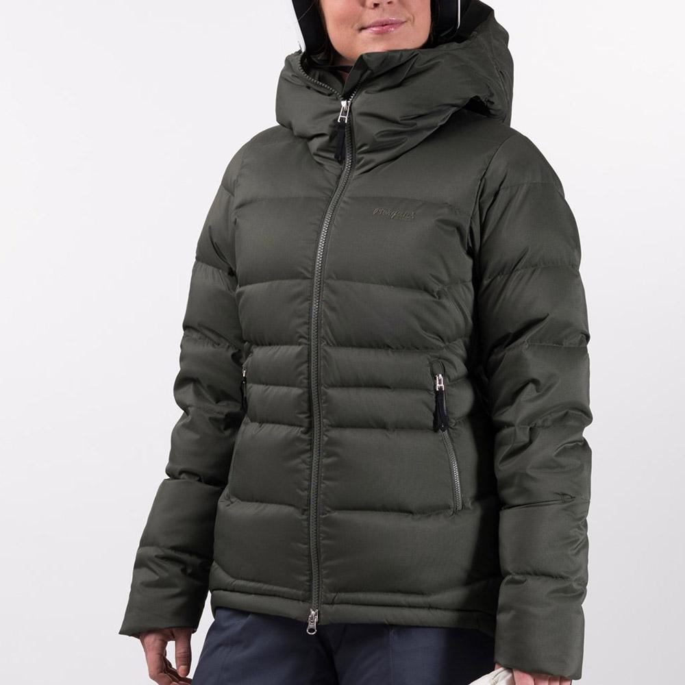 Жена, облечена в Дамско пухено PrimaLoft ски яке Bergans Stranda Down Hybrid W
