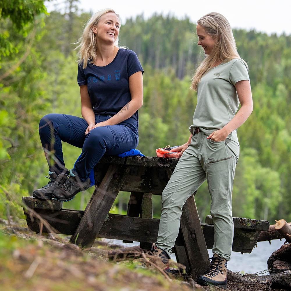Край езерото с дамска тениска Bergans Aurora W Tee Light Green Mud 2020