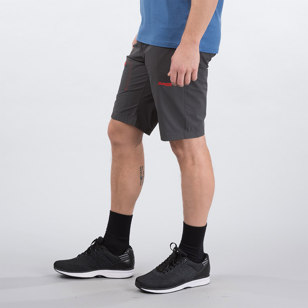 Профил на къс панталон Bergans Moa Shorts Solid Charcoal / Fire Red 2020