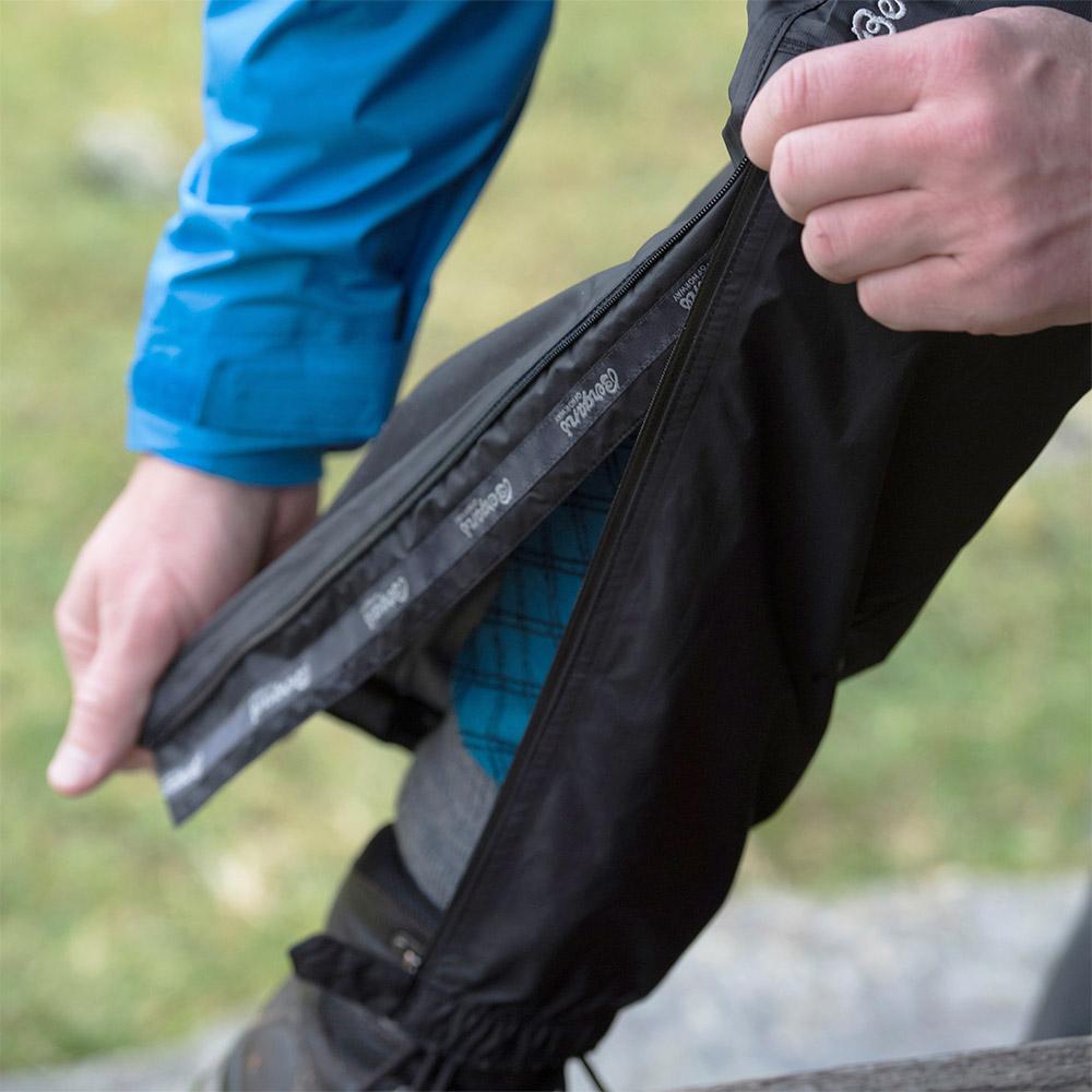 Разкопчаване с цип от коляното на мъжки хардшел панталон Bergans Super Lett Standard Black 2020