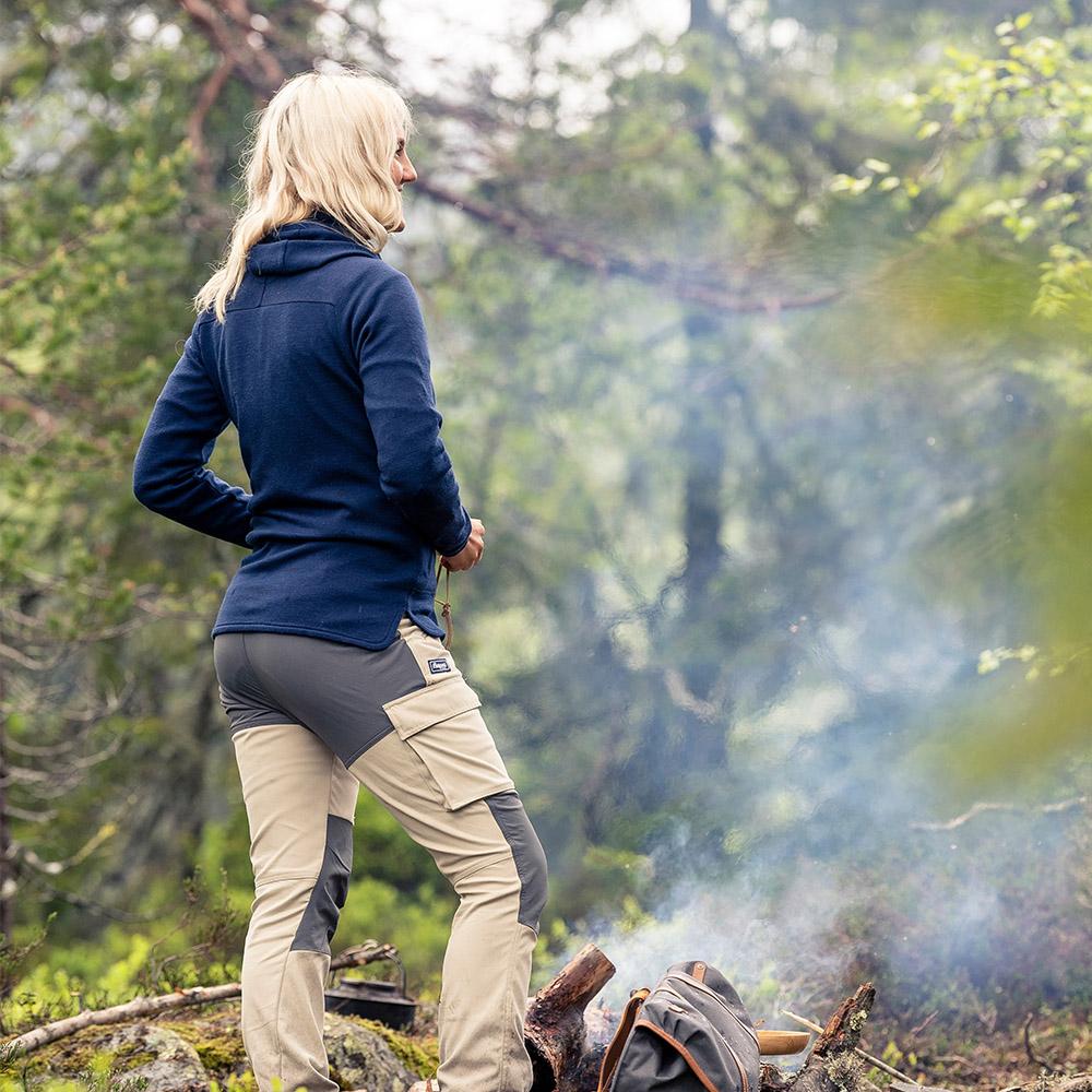 Край лагерния огън с дамско яке от мерино вълна Bergans Tuva Light Wool Hood W Navy 2020