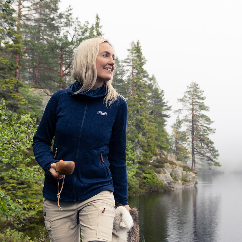 Сред природата с дамско яке от мерино вълна Bergans Tuva Light Wool Hood W Navy 2020