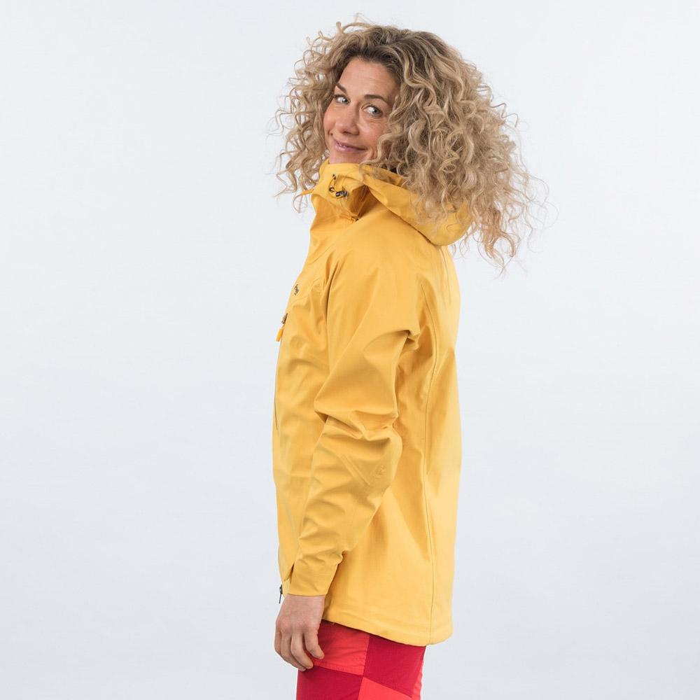 Профил на дамско хардшел яке Bergans Cecilie 3L Jacket Lt Golden Yellow 2021