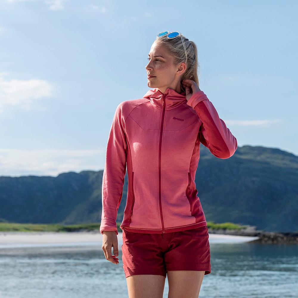 Край морето с дамско вълнено яке Bergans Cecilie Wool Hood Jacket Light Creamy Rouge 2021