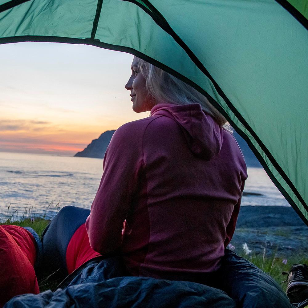 Пред палатката с дамско вълнено яке Bergans Cecilie Wool Hood Jacket Light Creamy Rouge 2021