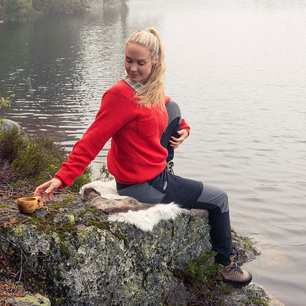 Край езерото с дамски туристически панталон Bergans Nordmarka Hybrid W Black / Solid Dark Grey 2021