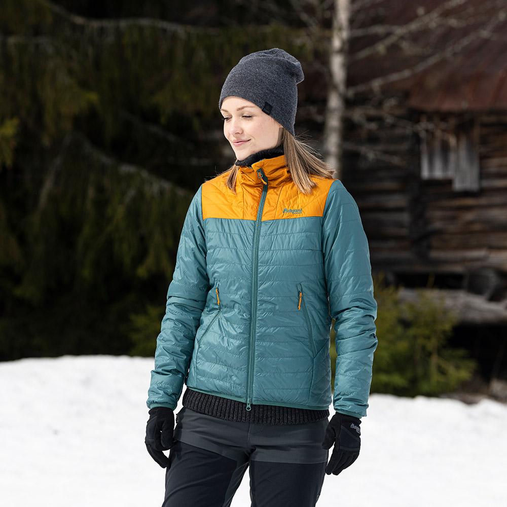 В планината с дамско яке с изолация Bergans Røros Light Insulated W Jacket Forest Frost 2021