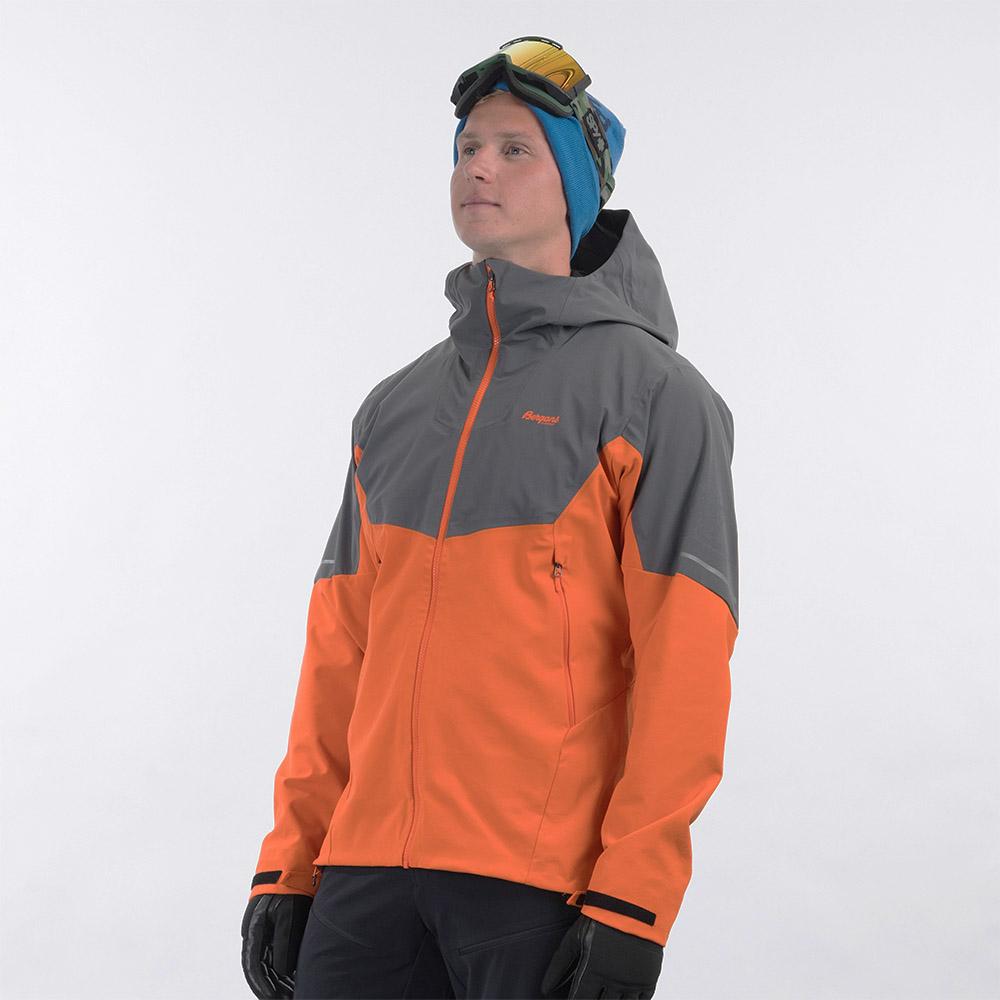 профил на мъжко софтшел яке Bergans Senja Hybrid Softshell Jacket Bright Magma 2021