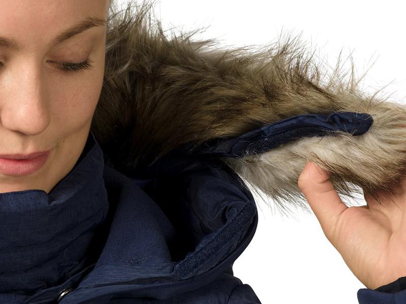 Възможност за разкачане на качулката дамско пухено яке Bergans Bodø Down Lady Jacket Black