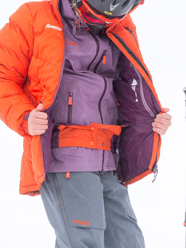 Дамски хардшел панталон за ски Bergans Gautefall Lady по време на ски