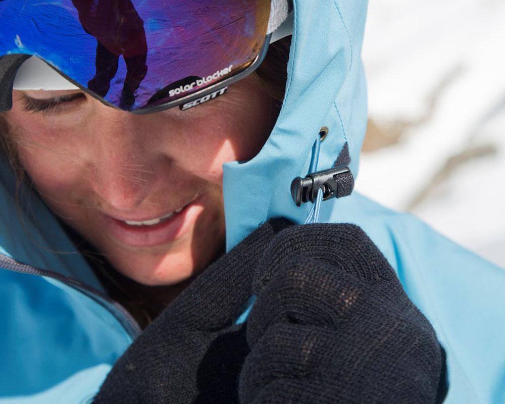 Пристягане на качулката на дамско хардшел ски яке Bergans Myrkdalen Insulated Lady Jacket