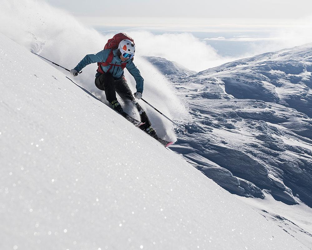 Спускане по пистата с дамско хардшел ски яке Bergans Myrkdalen Insulated Lady Jacket