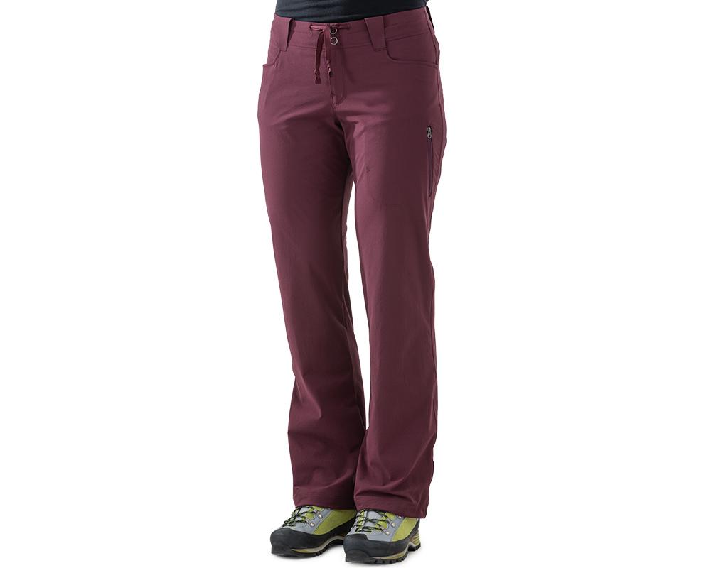 Жена, облечена в софтшел панталон Outdoor Research Women's Ferrosi Pants