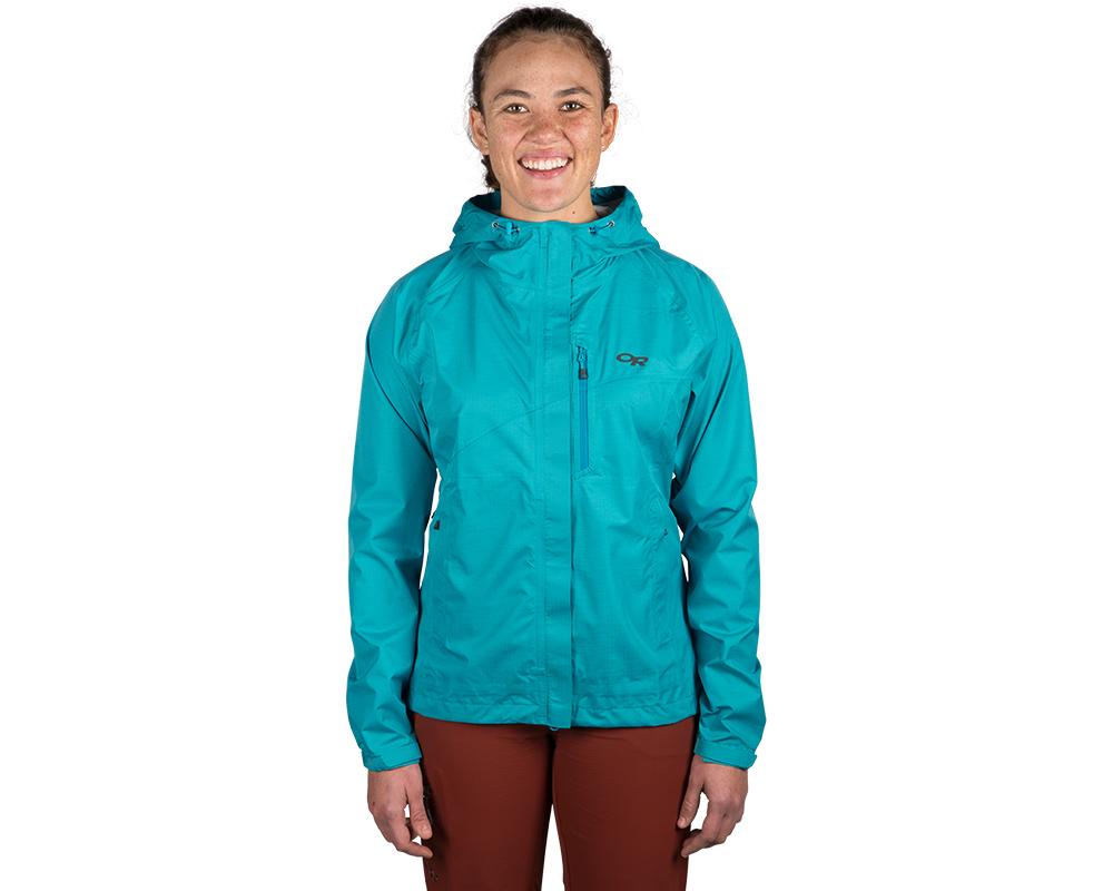 Туристка, облечена в дамско хардшел яке Outdoor Research Panorama Point Jacket Typhoon