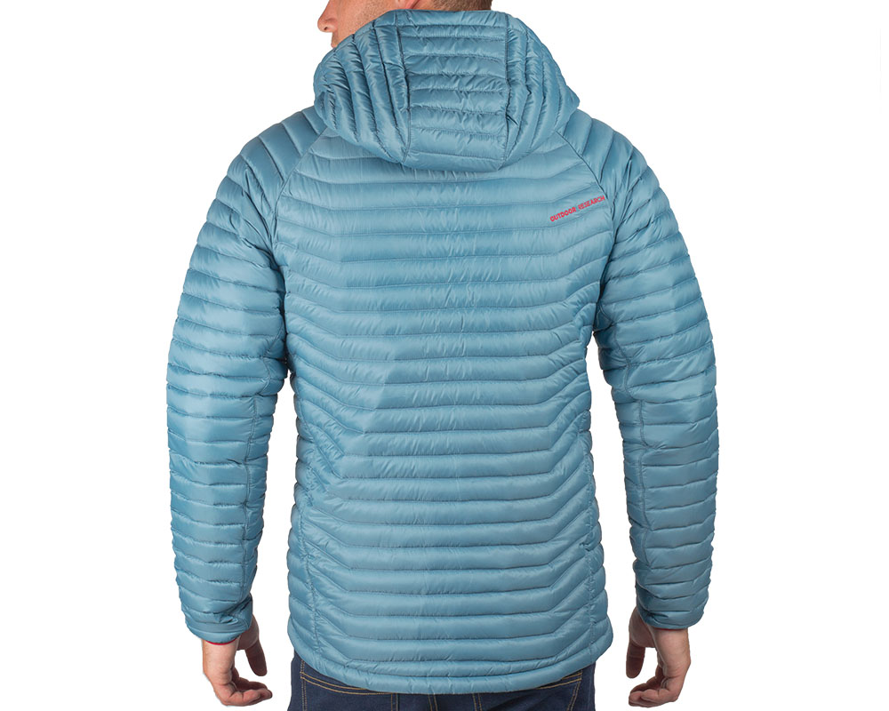 Гръб на мъж с пухено яке Outdoor Research Verismo Hooded Down Jacket
