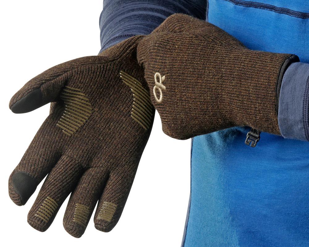Мъж облича ръкавици за туризъм и ежедневие Outdoor Research Flurry Sensor Gloves Earth