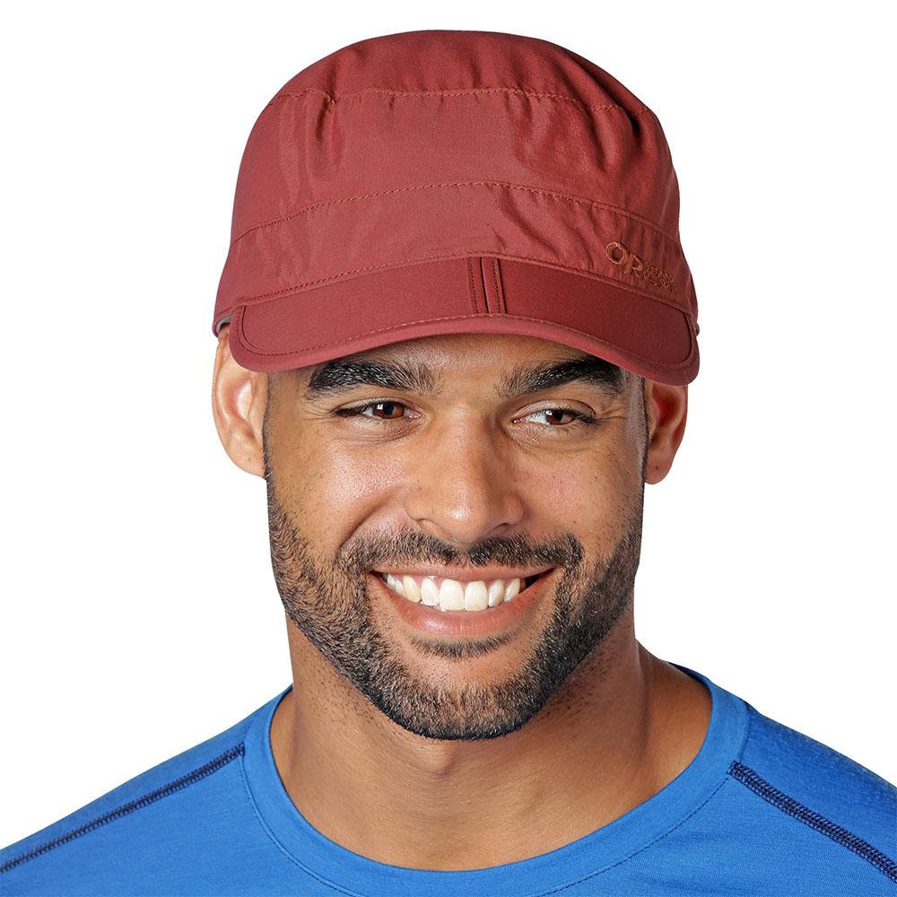 Мъж с туристическа шапка Outdoor Research Radar Pocket Cap