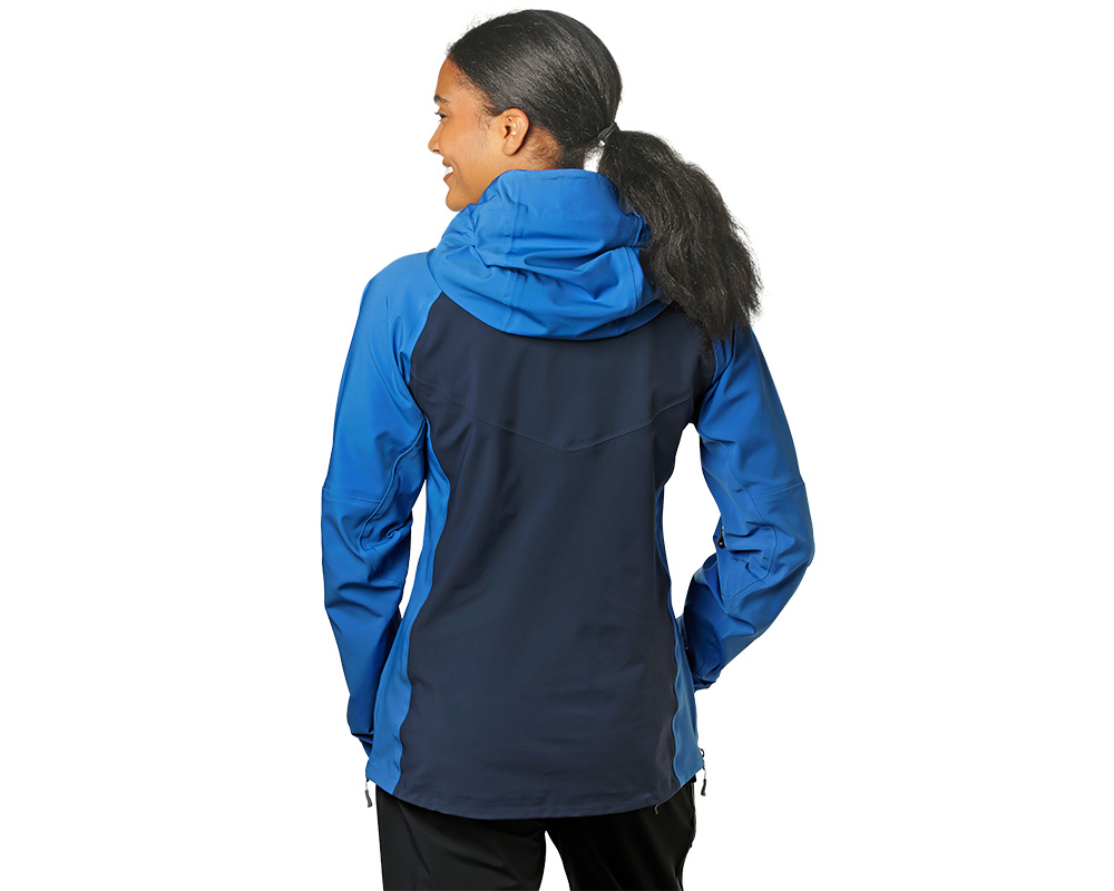 Жена, облечена в дамско хардшел ски яке Outdoor Research Skyward II Jacket Naval Blue 2019
