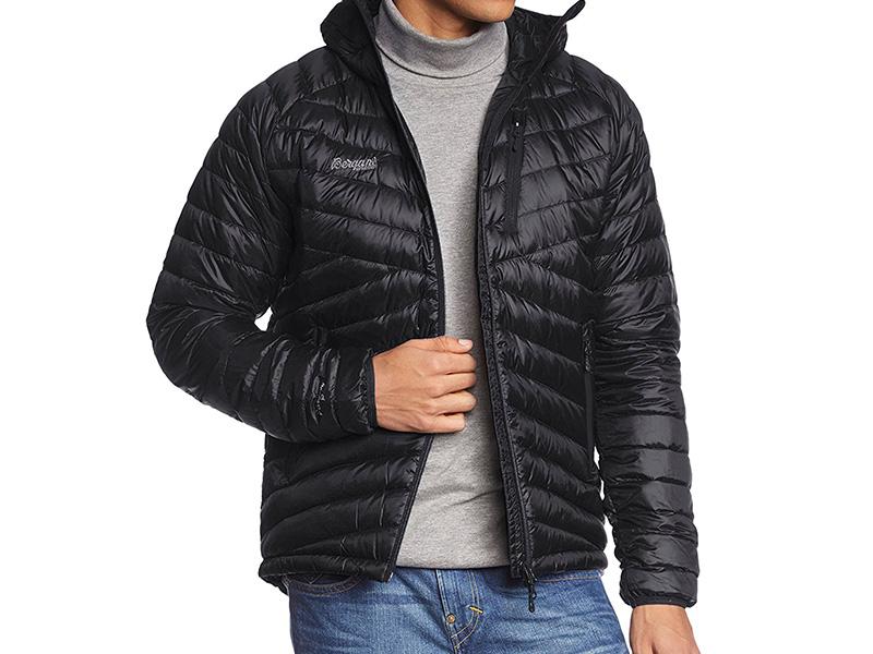 Мъж, облечен в пухено яке с качулка Bergans Slingsbytind Down Jacket w/Hood