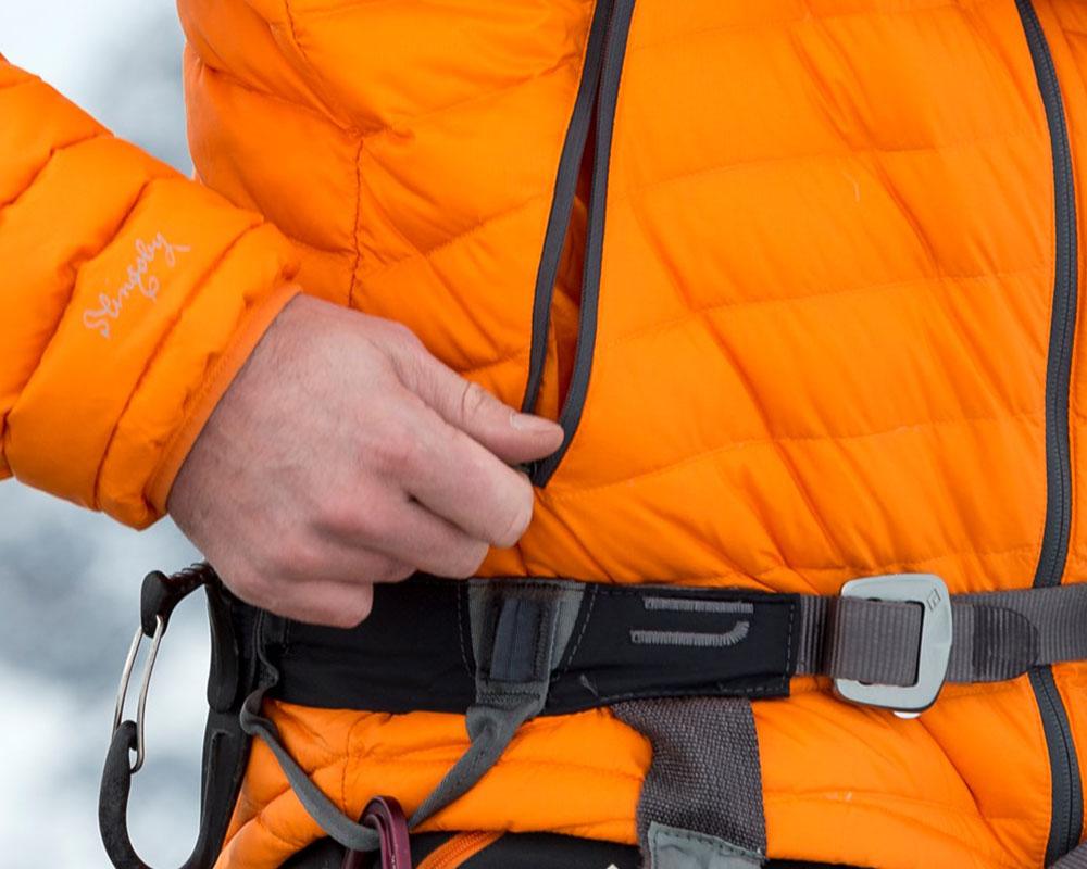 Високо разположени джобове на дамско пухено яке с качулка Bergans Slingsbytind Down Lady Jacket