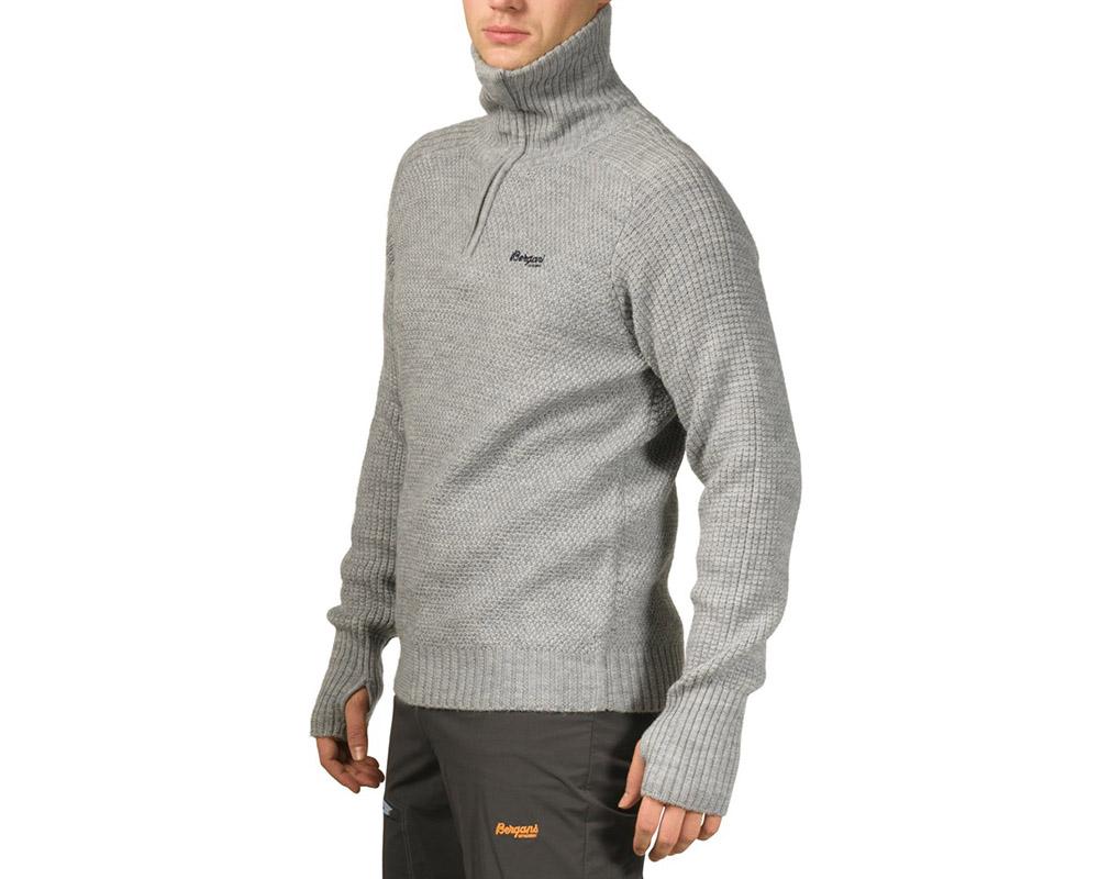 Мъж, облечен в пуловер от мерино вълна Bergans Ulriken Jumper