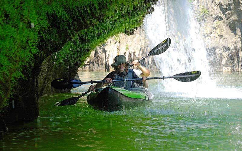 каякари в надуаем каяк под водопад
