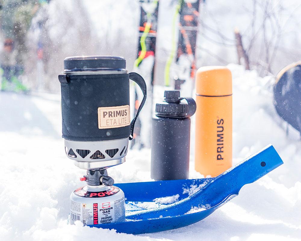 Газова система Primus Lite Plus заедно с бутилки и термос на сняг