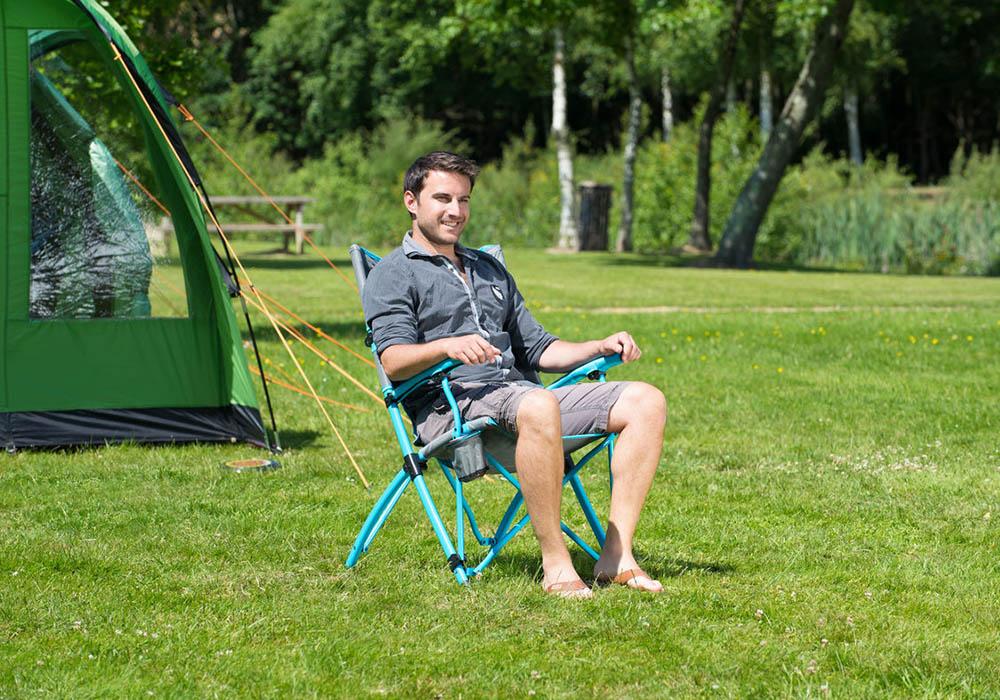 На къмпинг пред палатката със сгъваем стол Coleman Bungee Blue 2019