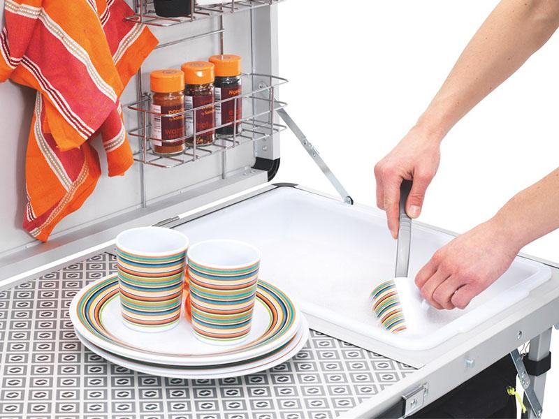 Сгъваема кухненска маса Outwell Drayton Kitchen модел 2018 използване на мивка