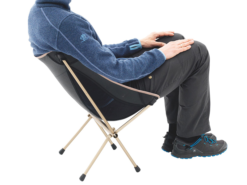 Мъж, седнал на туристически сглобяем стол Robens Pathfinder